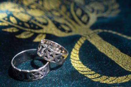wedding bands: De cerca de boda celta DOF bandas se centran en los anillos  Foto de archivo