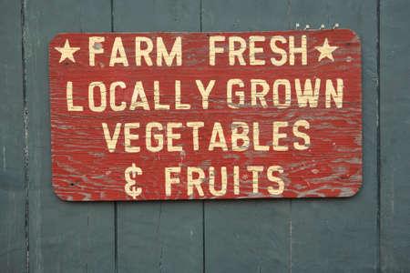 campesino: GRANJA vegtables frescas y frutas firmar a los agricultores de mercado Foto de archivo