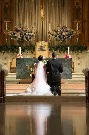 Les mariés à la cérémonie de mariage à l'église de modifier Banque d'images - 3706622