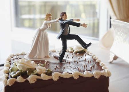 Gracioso pastel de boda principio persiguiendo a la novia el novio