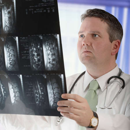 columna vertebral humana: Doctor visualizaci�n de la resonancia magn�tica de columna y columna vertebral