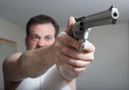 hombre disparando: Hombre disparar un arma de fuego se centran en las manos Foto de archivo