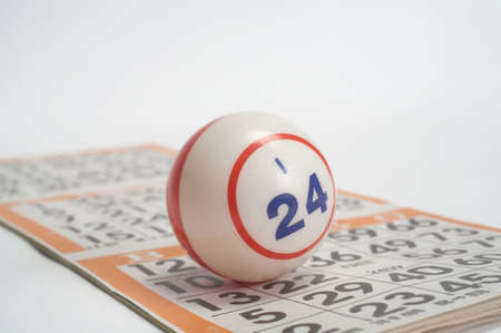 wagers: Bingo concepto �nico bola que reposa sobre la tarjeta Foto de archivo