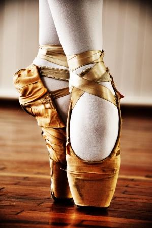 Bailarina de ballet con zapatos viejos