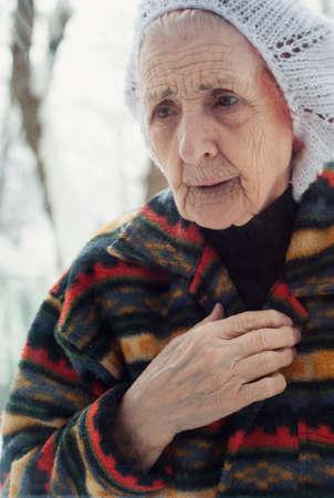 sad old woman: Retrato de una mujer de edad triste en invierno