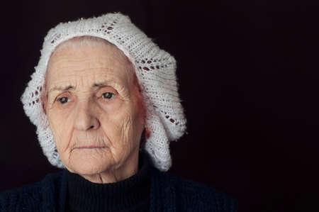 sad old woman: Retrato de una mujer de edad triste pensar