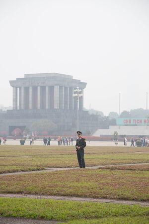 communistic: HANOI - 01.26.2014: Soldado en la plaza de Ho Chi Minh Mausoleo 26012014, Hanoi, Vietnam