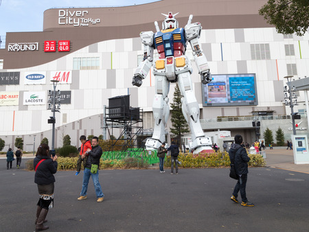 animated alien: Tokyo - February 7, 2015: A giant space robots trnsformer at the entrance to the store and people walk around and photographed February 7, 2015, Odaiba, Tokyo, Japan