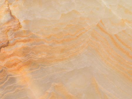 zeldzame gladde mooie gele halfedelstenen onyx, met een verscheidenheid aan warme tinten van bruin en oranje strepen Stockfoto