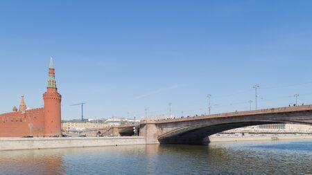 personnes qui marchent: Kremlin Embankment et Big Moskvoretsky pont et beaucoup de gens marchant dans les murs de l'ancien Kremlin Banque d'images