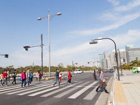 semaforo peatonal: Tokio - 27 de enero 2015: Una gran cantidad de personas que cruzan la carretera en un cruce peatonal en frente del Parque 27 de enero 2015, Tokio, Jap�n Editorial