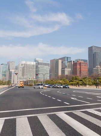 semaforo peatonal: Tokio - 27 de enero 2015: El camino a las marcas viales en frente del parking y se encuentran en el sem�foro 27 de enero 2015, Tokio, Jap�n