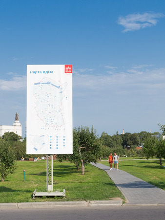 enea: Moscow - August 13, 2015: Map ENEA Michurinskom park in the exhibition and people walk on a summer day in a good pogodu13 August 2015, Moscow, Russia Editorial