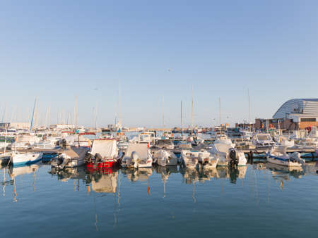 literas: El Campello - 2 de octubre de 2015: puerto pesquero y muchas peque�as embarcaciones de pesca est�n en literas El Campello noche y bellamente se reflejan en el agua 2 octubre de 2015, El Campello, Espa�a Editorial