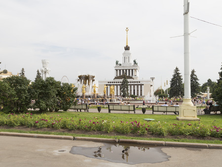 good weather: Moscow - August 13, 2015: People and tourists walk at ENEA, the golden fountain Friendship of the people in good weather in the summer after the rain August 13, 2015, Moscow, Russia Editorial