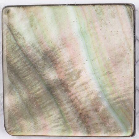 schöne ungewöhnliche natürliche Perle schwarze Perle mit irisierenden Reflexen in Form einer quadratischen Platte für Mosaik Standard-Bild
