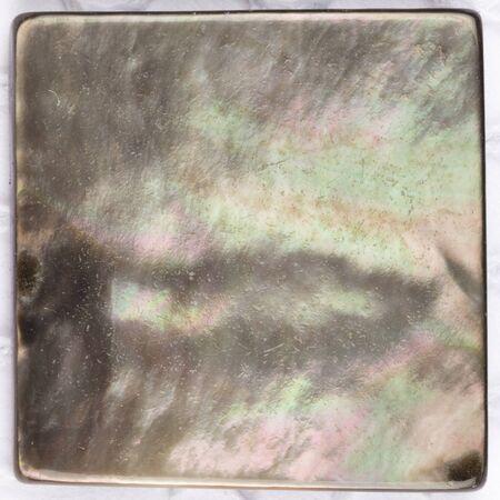 perlas: hermosa perla natural de la perla negro con reflejos iridiscentes rara e inclusiones en forma de una placa cuadrada de mosaico Foto de archivo