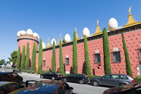 Figueres - 11 ottobre 2015: Molte macchine hanno insolito teatro-museo di Salvador Dali sullo sfondo di cielo azzurro 11 ottobre 2015 Figueres, Catalogna, Spagna