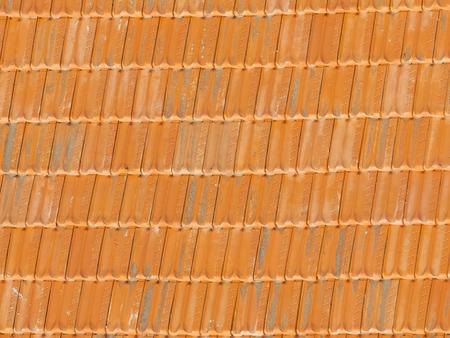 precipitacion: tejas rojas pur� es las dos ranuras en el techo y una mujer mayor de los efectos de la precipitaci�n