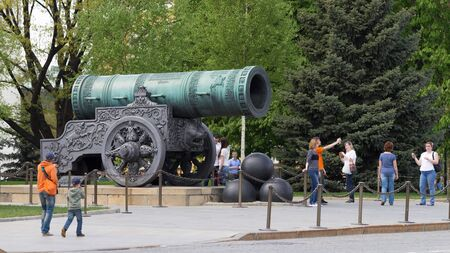 tsar: Moscow - May 7, 2016: Tourists are photographed near the Tsar Cannon at the Kremlin territrii May 7, 2016, Moscow, Russia