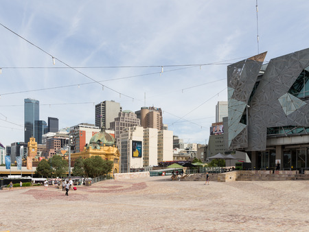 flinders: Melbourne - February 23, 2016: People and tourists at Federation Square on a hot day near the station Flinders Street Station February 23, 2016, Melbourne, Australia