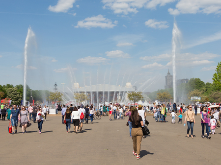 good weather: Moscow - May 9, 2016: A lot of people and tourists otdohayut in Gorky Park near the large fountain in the May holidays and good weather May 9, 2016, Moscow, Russia