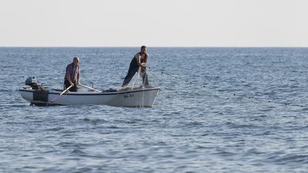 Ulcinj 리비에라 - 2017 년 10 월 1 일 : 위대한 몬테네그 라인 해변, Ulcinj 리비에라, 몬테네그로에 바다에서 보트와 그물 낚시 두 어 부