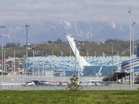 Sotsji - 3 maart, 2017: Mening van de mooie kop van de Olympische toorts in het Olympische Park en de bergen 3 Maart, 2017, Sotchi, Rusland