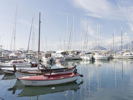 Bar - 30 september, 2017: Jachten bij de pijler in de havenstad, mooie bezinningen in het water en de bergen 30 September, 2017, Bar, Montenegro