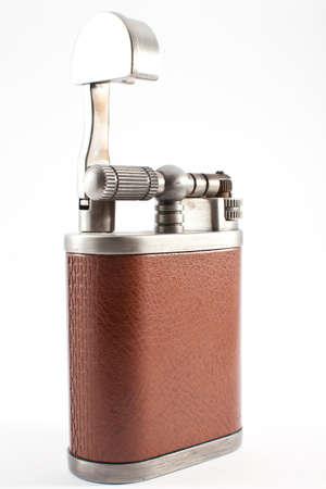 lighter gas: m�s ligero de gas con una cubierta de cuero sobre un fondo blanco Foto de archivo