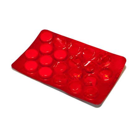 pilule: embalaje rojo de los comprimidos en un fondo blanco