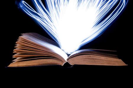 마법의 광선을 방출하는 열린 오래된 책
