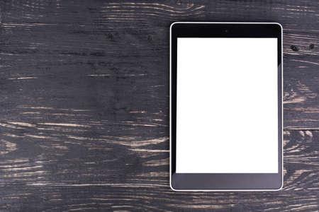 빈 화면이있는 Tablet PC는 어두운 나무 배경입니다. 스톡 콘텐츠
