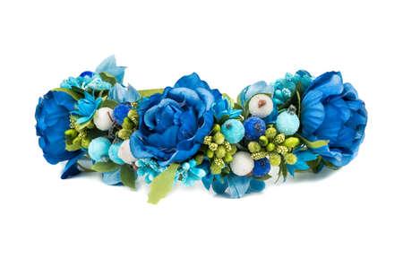 Guirlande de différentes couleurs bleues sur fond blanc