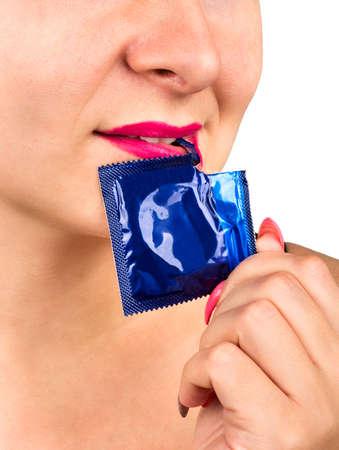 치아 콘돔 패키지 근접 촬영을 여는 젊은 여자 스톡 콘텐츠