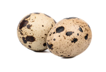 Dwa surowe spotted przepiórki jaj samodzielnie na białym tle Zdjęcie Seryjne