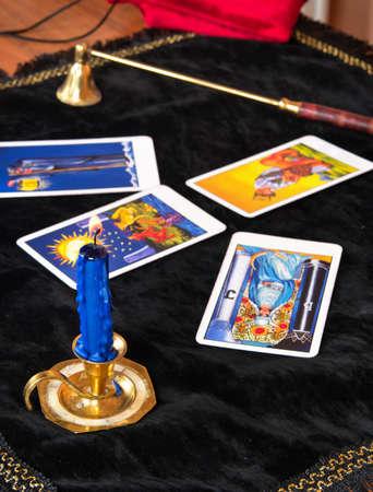 Ausgebreitete Tarotkarten mit einer Kerze auf dem Tisch Standard-Bild - 91758414