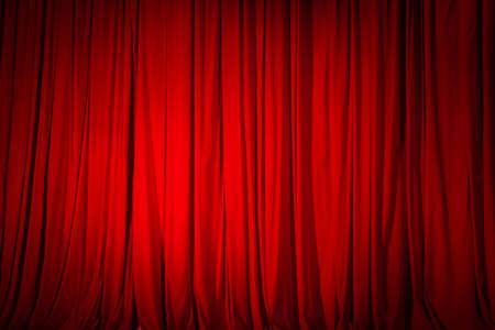 Cortina roja cerrada en el teatro, textura de fondo. Foto de archivo