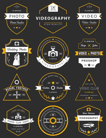 사진 및 비디오 그래피 로고 템플릿 벡터 컬렉션입니다. Photocam, 결혼식 및 공중 영상의 로고 타입. 빈티지 배지 및 아이콘. 현대 매스 미디어 아이콘.  일러스트