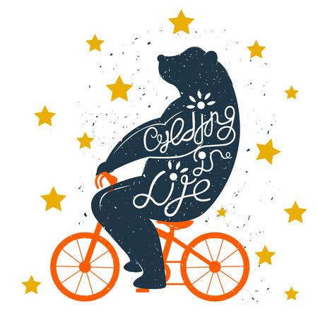 oso: Dibujado a mano cartel de la tipografía de la vendimia. Cita romántica para el ciclismo. Tipografía vector inspirada. Imprimir con el oso en bicicleta y letras de la mano