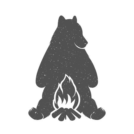 campamento: Ilustración vectorial Hunter de oso con una fogata en un fondo blanco. Oso símbolo puede ser utilizado para las camisetas de impresión, etiquetas, insignias, pegatinas y