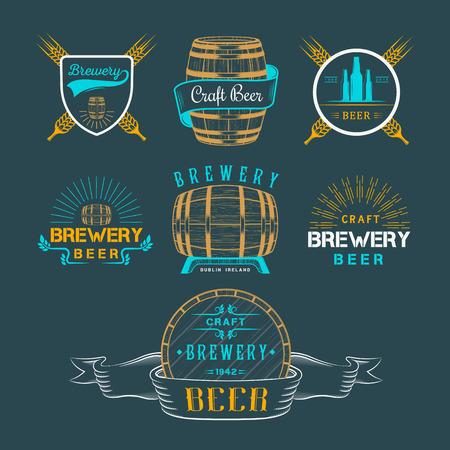 botellas de cerveza: Logo vintage cerveza artesanal f�brica de cerveza, emblemas insignia, etiquetas y elementos de dise�o sobre un fondo blanco Vectores