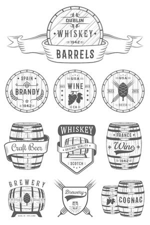 Zestaw drewnianych beczkach z napojów alkoholowych emblematów i etykiet. Ilustracje wektorowe