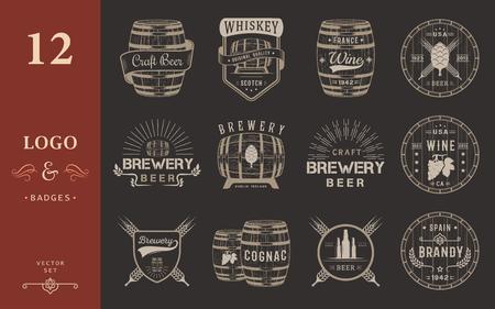 bodegas: Conjunto de barriles de madera con las bebidas alcohólicas emblemas y etiquetas. Conjunto de logotipo del vintage, tarjeta de identificación, plantilla con barriles de madera para el mercado cervecería, bar, pub, vino y whisky, cervecería, restaurante y bodega.