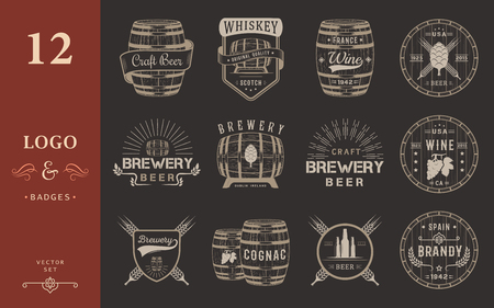Zestaw drewnianych beczkach z napojów alkoholowych emblematów i etykiet. Zestaw rocznika logo, znaczek, szablonu z drewnianych beczek piwa do domu, bar, pub, wino i whisky rynku, browar, restauracja i winiarnia. Logo
