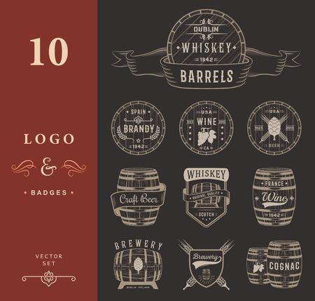 Sada dřevěných sudů s alkoholických nápojů emblémy a štítky. Sada ročníku logem, odznak, šablona s dřevěnými sudy na pivnice, bar, pivnice, víno a whisky na trhu, pivovar, restaurace a vinařství.