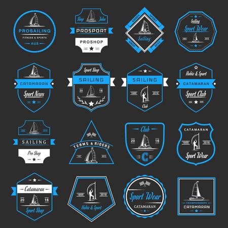 Conjunto de yates y catamaranes logotipos e insignias. colección de la muestra y emblemas de vela profesional, club de catamarán y tienda - Imagen vectorial