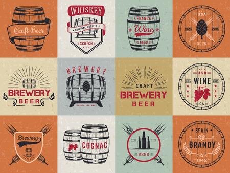 Set di botti di legno con bevande alcoliche emblemi e le etichette.