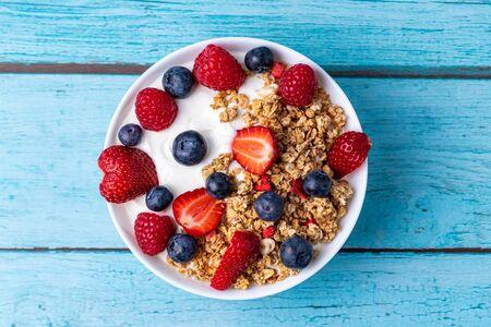 Muesli with greek yogurt on the table Stok Fotoğraf - 147691604
