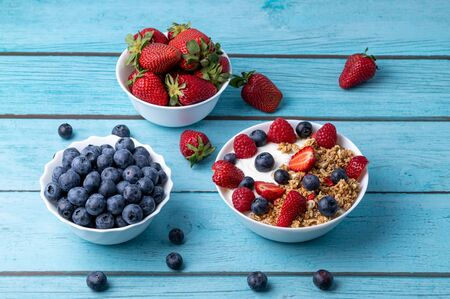 Muesli with greek yogurt on the table Stok Fotoğraf - 147691615